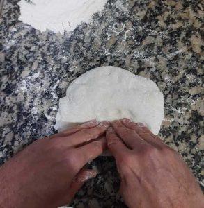 estirar la masa de la pizza